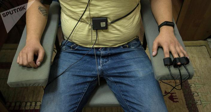 Калп детекторунан өтүп жаткан адам. Архив