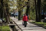 Женщина с сумками идет по тротуару в Бишкеке