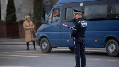 ЖКККББ кызматкери Бишкектин көчөсүндө жол кыймылын тескөөдө. Архив