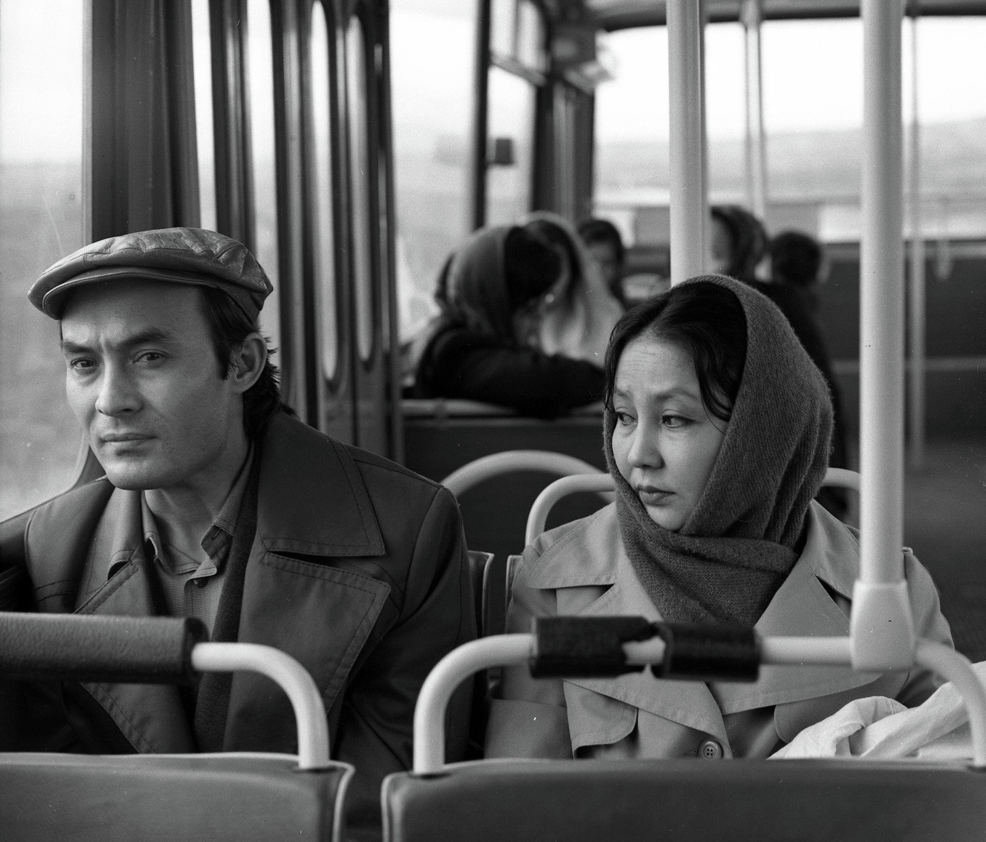 Белгилүү киноактер Талгат Нигматулин менен актриса Таттыбүбү Турсунбаеванын сүрөтү 1981-жылы Фрунзе (азыркы Бишкек) шаарында тартылган