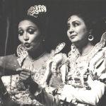 Турсунбаева Лопе де Веганын Бий мугалими спектаклинде Фелисьянанын ролунда, жанында актриса Гүлсара Ажыбекова.