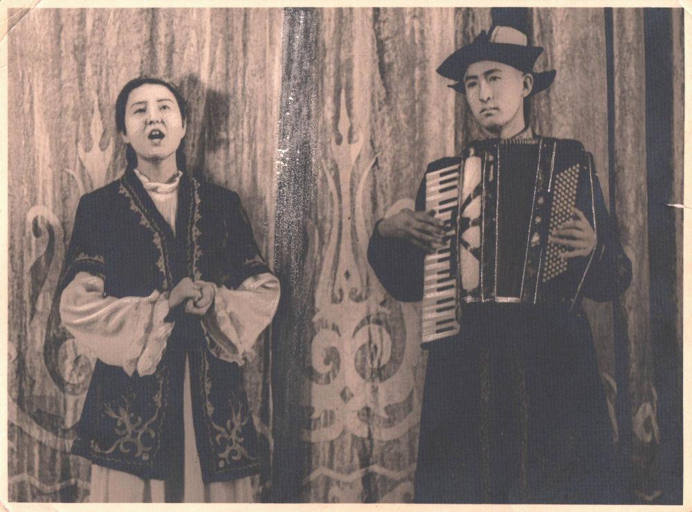 Таттыбүбү Турсунбаеванын 16 жаштагы кези, жанында аккордеондо ойногон 20 жаштагы агасы Нуркан Турсунбаев. Бир туугандар Опера жана балет театрынын сахнасында республикалык сынакка катышып, анда актриса кытайлык кыргыздардын Гүлкайыр деген ырын аткарган.