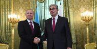 Президент РФ Владимир Путин и президент Казахстана Касым-Жомарт Токаев (справа) во время встречи.