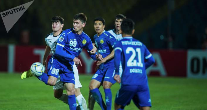 Футболисты во время игры на матче группового этапа АФК Дордой — Алтын Асыр на стадионе имени Долона Омурзакова в Бишкеке