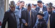 В седьмом микрорайоне Бишкека открылась мечеть 7 апрель шейиттери (Мученики 7 апреля. — Перевод ред.). На церемонии ее открытия присутствовал экс-президент Алмазбек Атамбаев.
