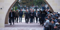 Мурдагы президент Алмазбек Атамбаев салдырган Бишкектеги 7-апрель шейиттери мечитинде. Архивдик сүрөт