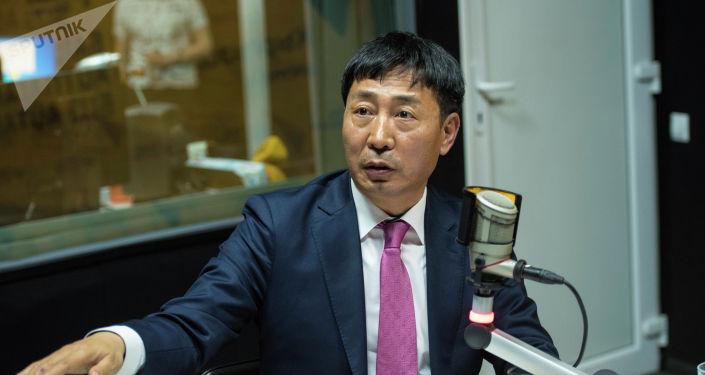 Посол Республики Корея в Кыргызстане Хате Йок во время беседы на радио Sputnik Кыргызстан