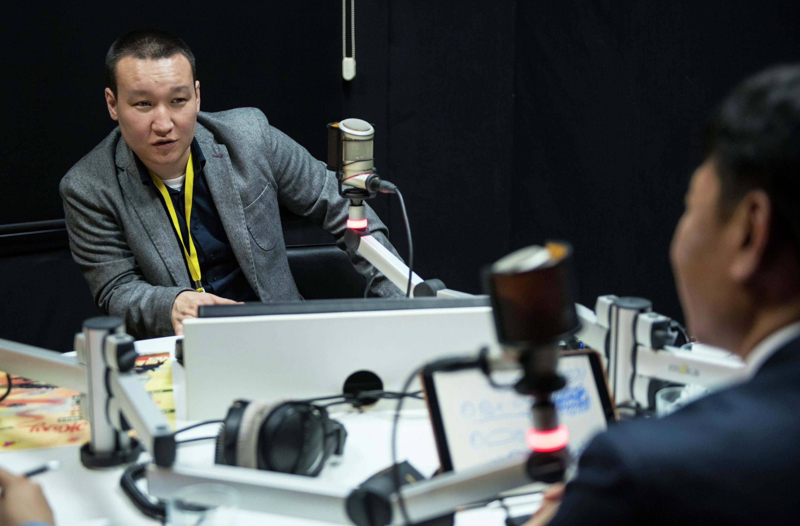 Шеф-редактор Sputnik Кыргызстан Эркин Алымбеков во время беседы с послом Республики Корея в Кыргызстане Хате Йок