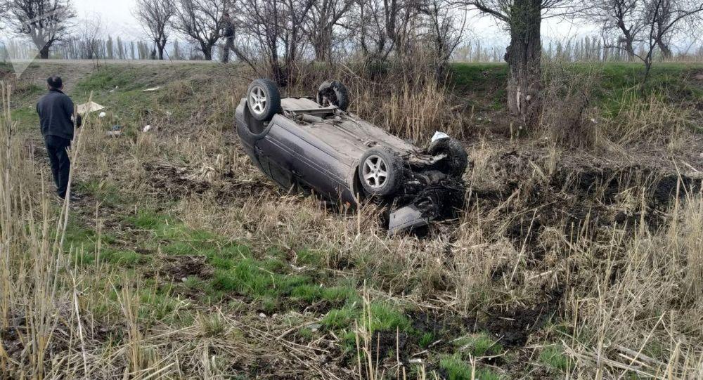 Автомобиль Volkswagen Golf III съехал с трассы, врезался передней частью в землю и перевернулся недалеко от Токмока (Чуйская область)