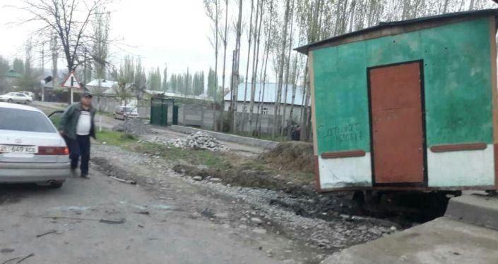Последствия ДТП, где водитель на Daewoo Nexia врезался в вагон в селе Мырза-Аке в Узгенском районе