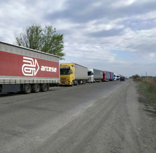 Затор из большегрузных фур на контрольно-пропускном пункте Ак-Тилек на границе Кыргызстана с Казахстаном.