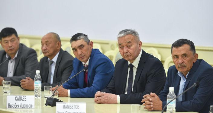 Родственники погибших и пострадавшими в ходе Апрельской народной революции 2010 года во время встречи с премьер-министром КР Мухаммедкалыем Абылгазиевым