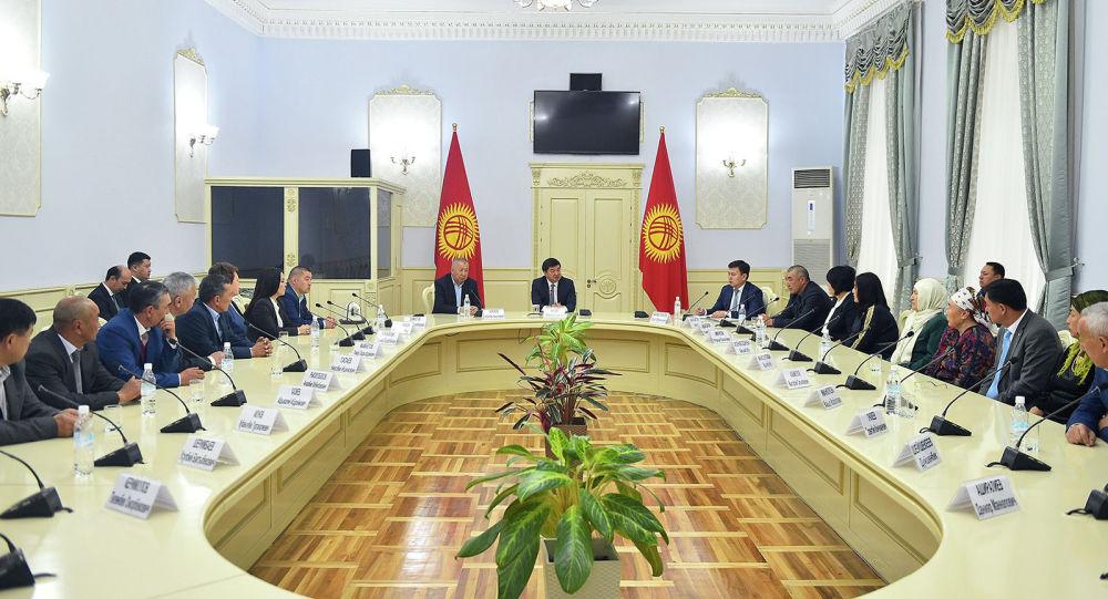 Премьер-министр Кыргызской Республики Мухаммедкалый Абылгазиев встретился с родственниками погибших и пострадавшими в ходе Апрельской народной революции 2010 года.