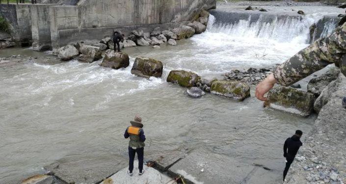 Сотрудники МЧС во время поиска 8-летнего мальчика упавшего в реку в селе КараЖыгач