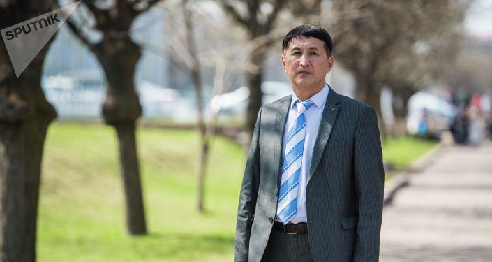 Успешный финансист Орозбек Кенжетаев во время беседы на радио Sputnik Кыргызстан