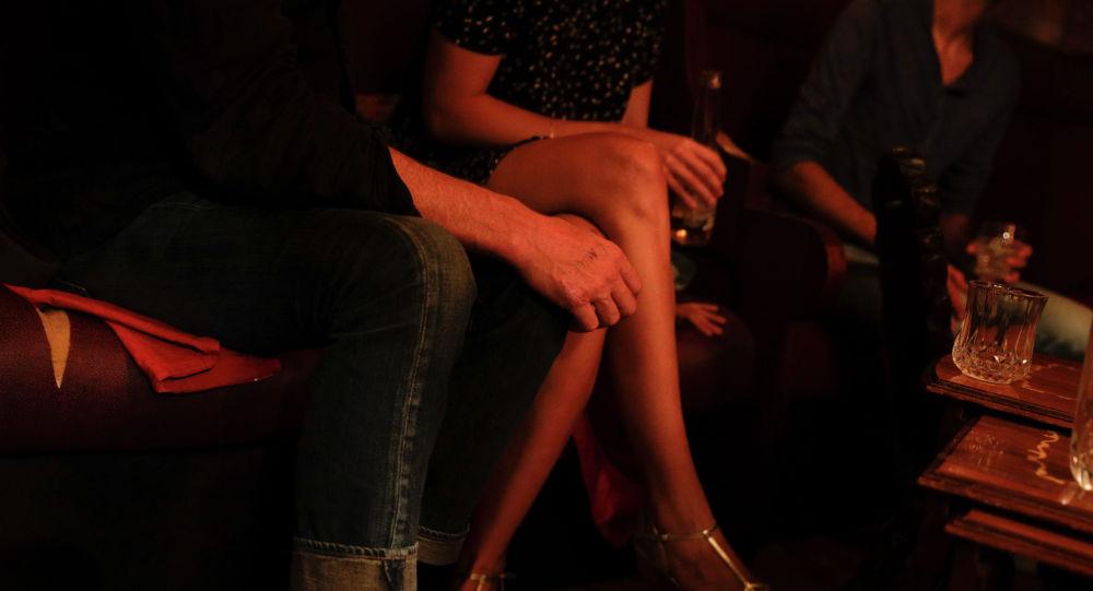 Мужчина и женщина сидят на диване. Архивное фото