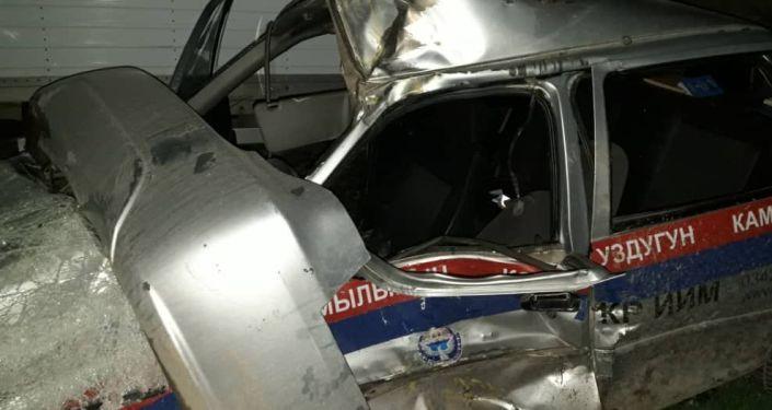 Фото с места ДТП, где КамАЗ врезался в патрульную машину УОБДД Таласской области