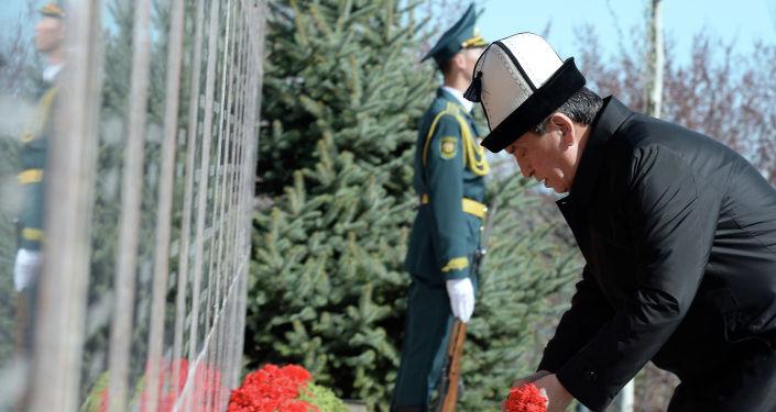 Президент КРСооронбай Жээнбеков возложил цветы к монументу памяти погибших в Апрельских событиях 2010 года в мемориальном комплексе Ата-Бейит