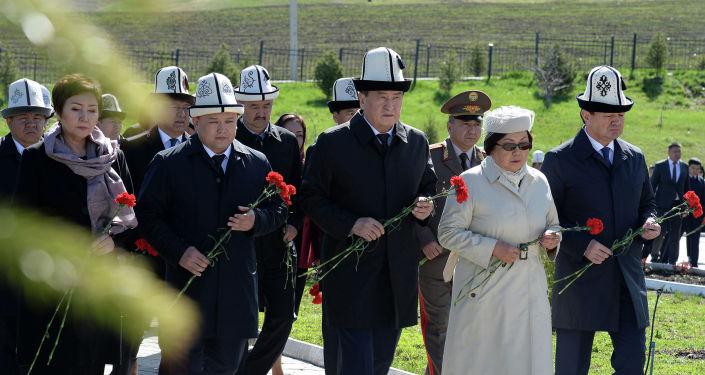 Мамлекет башчысы Сооронбай Жээнбеков Ата-Бейит мемориалдык комплексинде 2010-жылы Апрель окуяларында курман болгондорду эскерүү монументине гүл койду