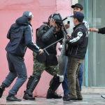 Оппозиция өкүлдөрү милиционерге кол салды. Сүрөт Форум имаратынын алдынан тартылган