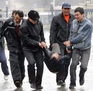 Раненого при штурме Дома правительства уносят в безопасное место