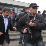 Бакиев Бишкектен түштүк аймакка качып, ал жактан өзүн колдогон митинг уюштурган. Сүрөттө Бакиевдин жан сакчылары