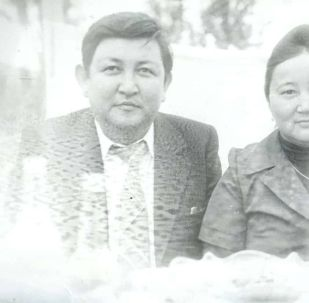 Белгилүү акын Жолон Мамытов жубайы менен