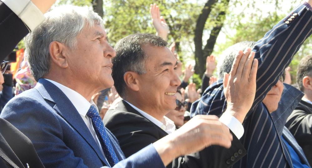 Бишкектеги Форум ишканасынын алдында экс-президент Алмазбек Атамбаев баштаган КСДПчылар Апрель окуяларынын курмандыктарын эскерди