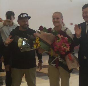 В Бишкек из Таиланда прилетели чемпионка UFC Валентина Шевченко и ее тренер Павел Федотов.