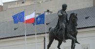 Флаги Польси, ЕС и НАТО в Варшаве. Архивное фото