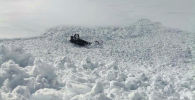 Последствия лавины по дороге к селу Энилчек Ак-Суйского района, которая накрыла очистительную технику