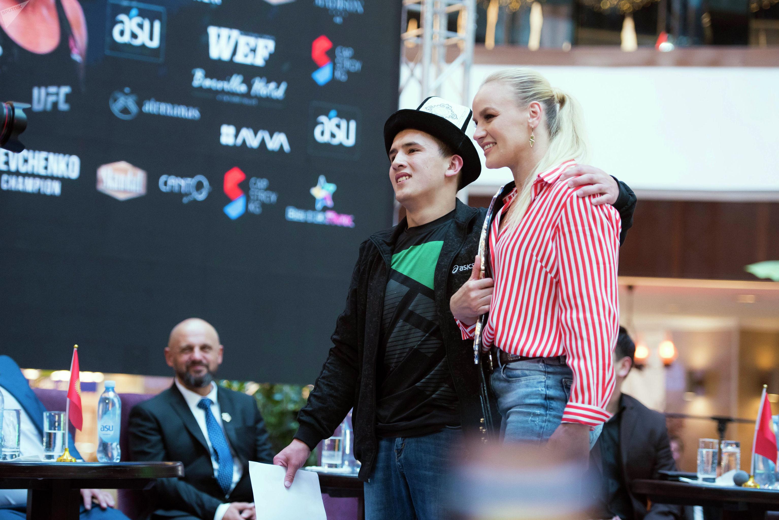 Один из фанатов чемпионки UFC Валентины Шевченко расплакался после селфи с кумиром.