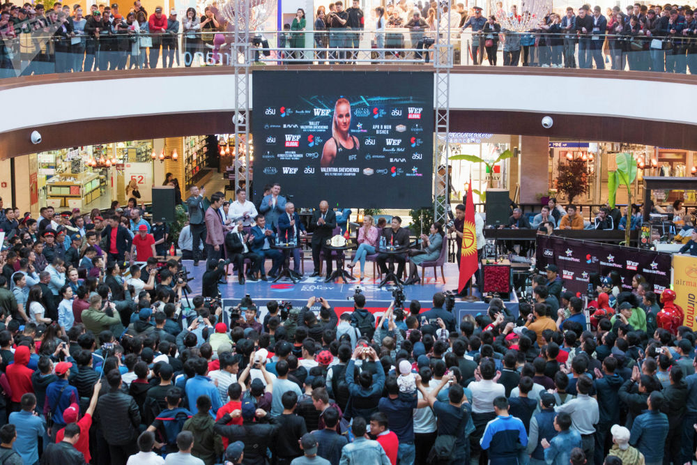 UFC чемпионун көрүүгө миңдей киши чогулду