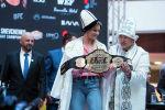 Чемпионке UFC Валентине Шевченко подарили чапан и одели калпак