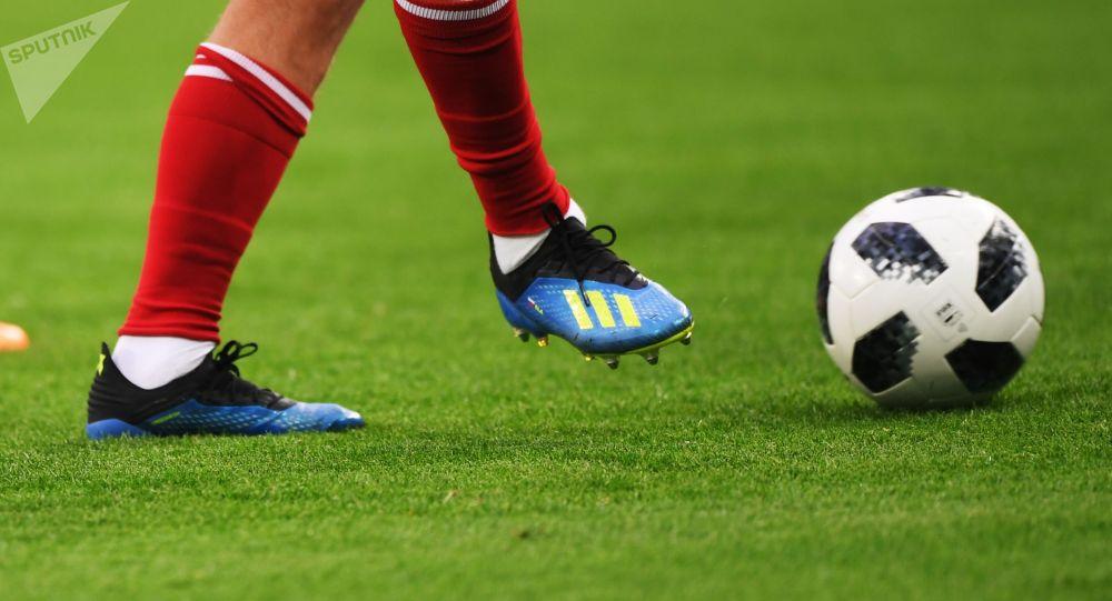 Игроки бьет по мячу. Архивное фото