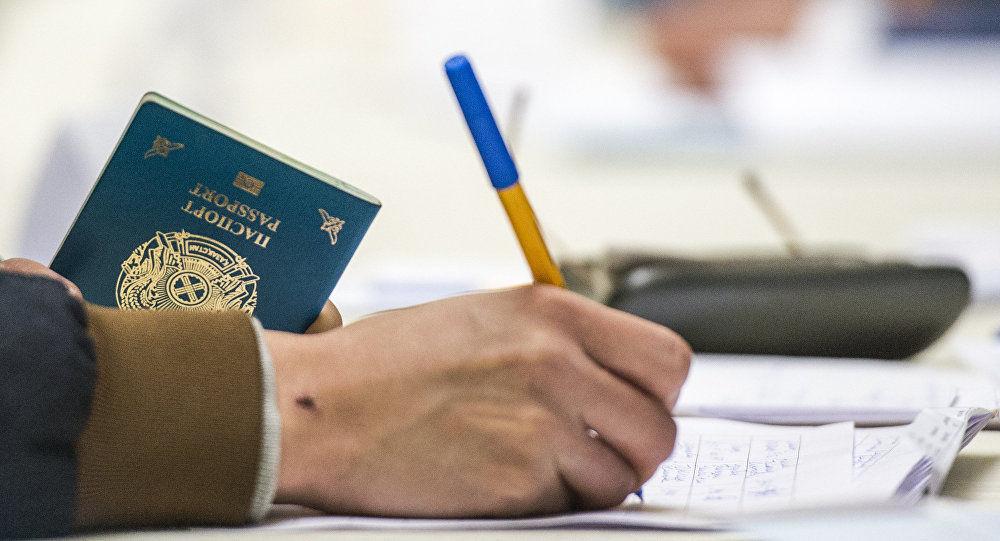 Мужчина с паспортом Казахской Республики. Архивное фото