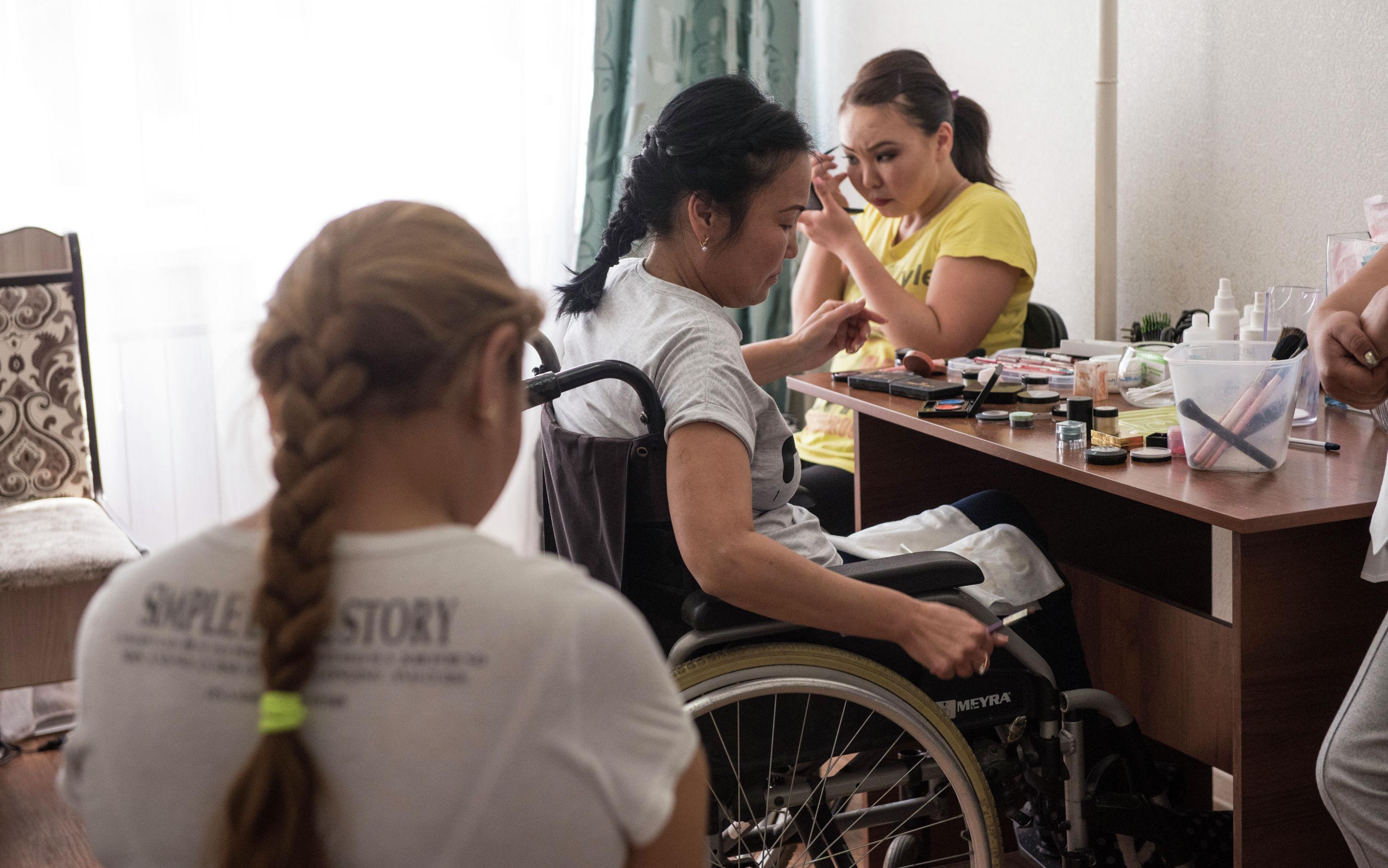 Девушки на курсе макияжа для людей с инвалидностью в Бишкеке