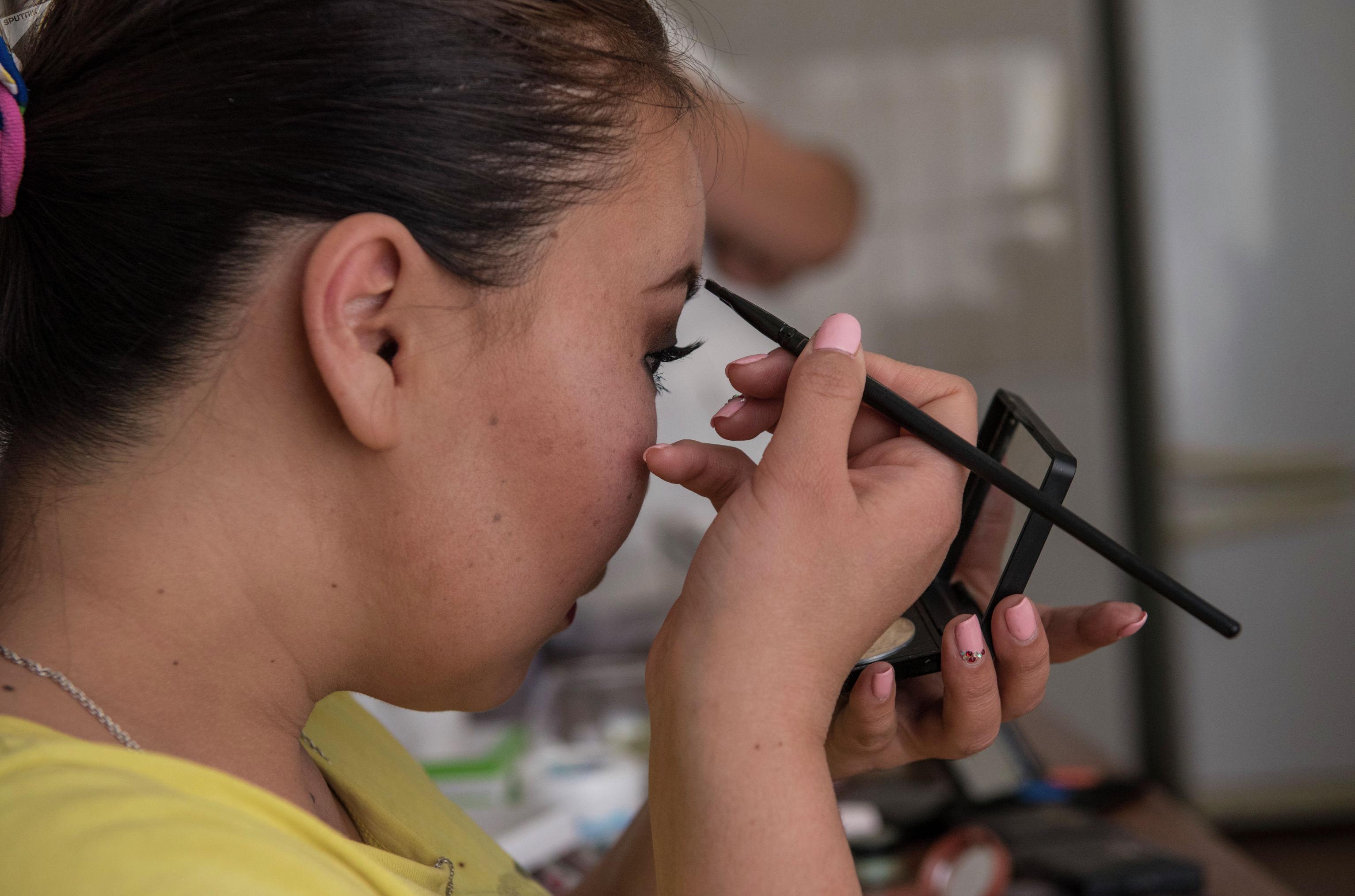 Девушка на курсе макияжа для людей с инвалидностью в Бишкеке