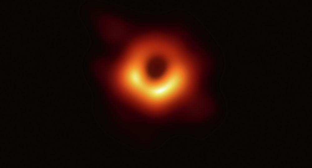 Первая фотография черной дыры и ее огненного ореола, выпущенная астрономами Event Horizon Telescope (EHT), которая является «самым прямым доказательством их существования». 10 апреля 2019 года