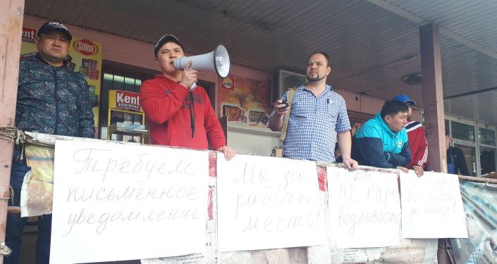 На территории Ошского рынка проходит митинг продавцов в Бишкеке