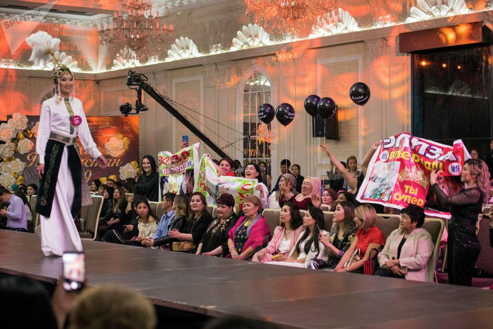 Болельщики подготовились не менее серьезно — в зале можно было видеть банеры с именами конкурсанток