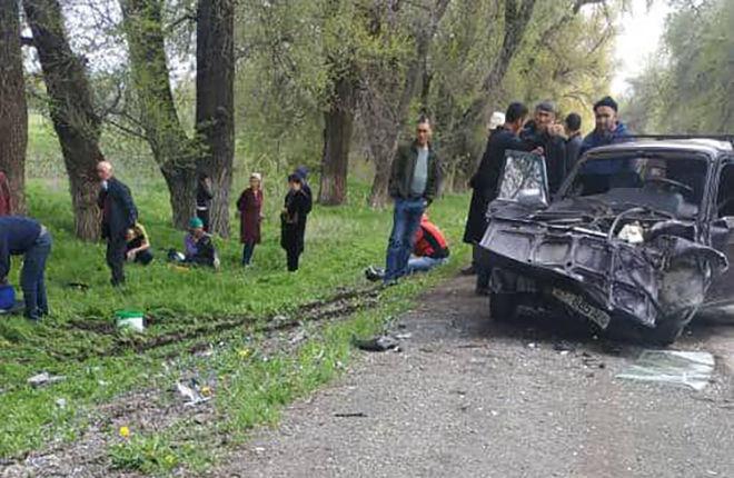 В селе Жайылма Чуйской области столкнулись две машины, одна вылетела с трассы