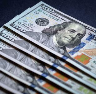 Купюры американских долларов.