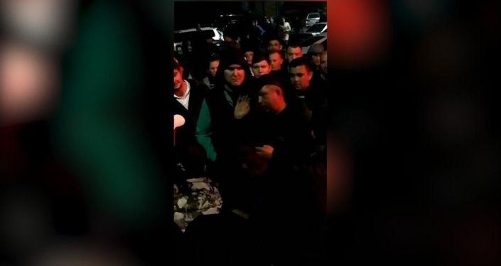 Милиционеры и волонтеры собрались напротив здания ГУВД Чуйской области. Родители поблагодарили всех неравнодушных.