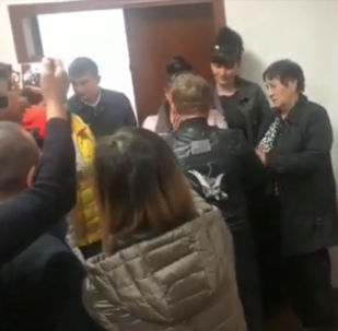 11 апреля поздно вечером похищенного мальчика передали родителям. Очевидцы запечатлели трогательный момент на видео.