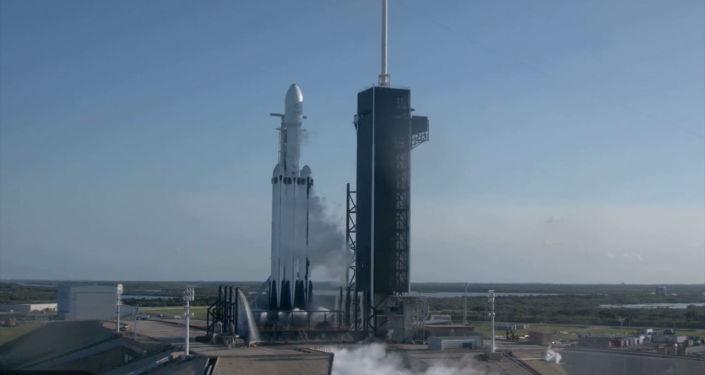 Ракета Falcon Heavy совершает первый коммерческий рейс со спутником Arabsat 6A для Саудовской Аравии. Через девять минут после старта ракета вышла на орбиту.Она принадлежит компании Илона Маска SpaceX.