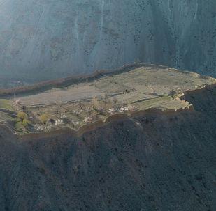 В 58 километрах к юго-западу от Баткена находятся глиняные развалины крепости Кан. Некогда это строение олицетворяло могущество Кокандского ханства (1709-1876).