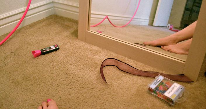 Девушка сидит в спальне. Архивное фото