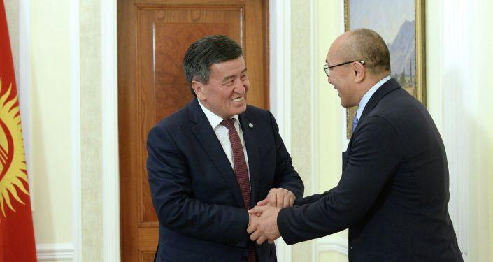 Президент КР Сооронбай Жээнбеков на встрече с гандболистом из КР Талантом Дуйшебаевым