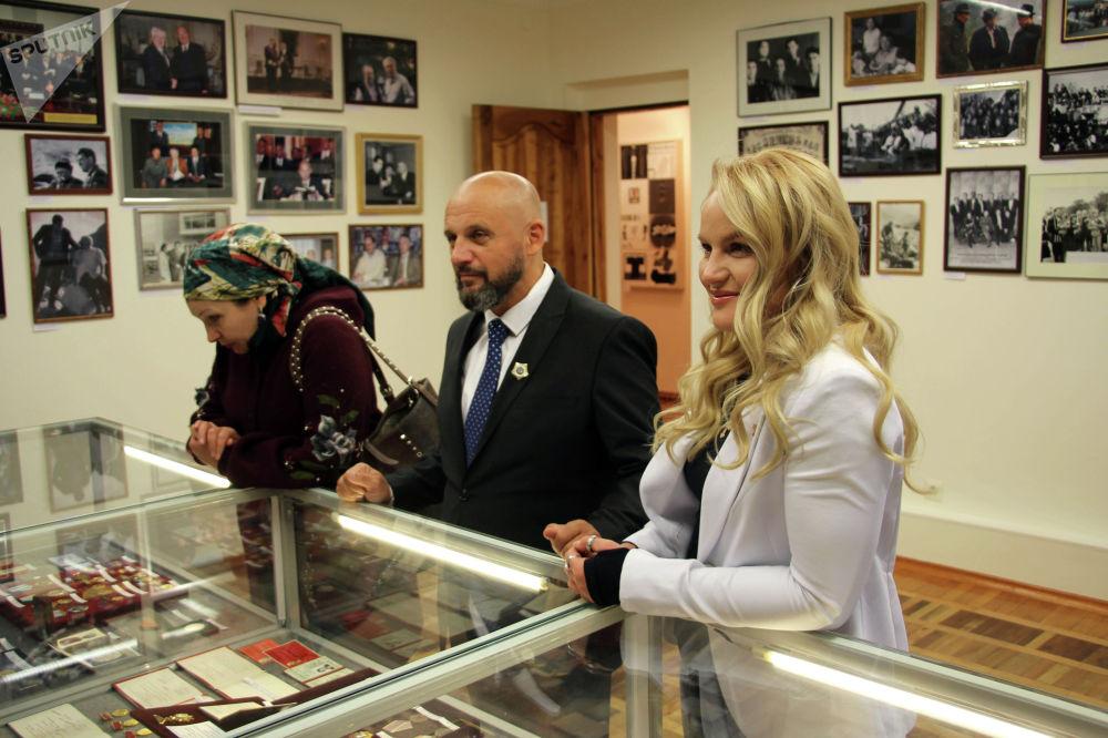 UFC уюмунун чемпиону Валентина Шевченко дагы жазуучунун үй-музейине барып, Элдар Айтматовдун колунан Дүйнө жараны наамын алган.